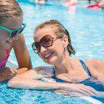 Siente la brisa cálida en la cubierta de piscinas