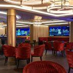 Nuevo bar con pantallas LED de última generación que muestran paisajes urbanos bellísimos