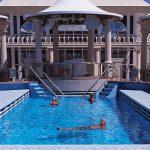 Nada en la hermosa piscina Tivoli