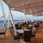 Disfruta un trago y la brisa del mar en el bar Great Outdoors.
